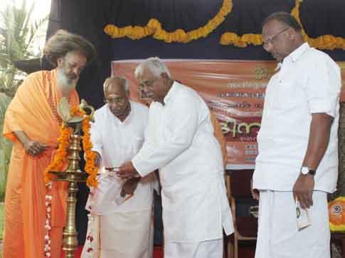 ബ്രഹ്മശ്രീ നീലകണ്ഠ ഗുരുപാദരുടെ 111-ാം ജയന്തിയോടനുബന്ധിച്ച് ജനുവരി 2ന് നടന്ന ജയന്തിദിന സമ്മേളനത്തിന്റെ ഉദ്ഘാടനം വിശ്വഹിന്ദു പരിഷത്ത് അന്തര്ദ്ദേശീയ വര്ക്കിംഗ് പ്രസിഡന്റ് എസ്.വേദാന്തം ദീപം തെളിയിച്ച് നിര്വഹിക്കുന്നു. മുന്കേന്ദ്രമന്ത്രി ഒ.രാജഗോപാല്, ശ്രീരാമദാസ ആശ്രമം അധ്യക്ഷന് സ്വാമി ബ്രഹ്മപാദാനന്ദ സരസ്വതി, അഡ്വ.എം.എ.വാഹീദ് എം.എല്.എ (വലത്ത്) എന്നിവര് സമീപം.
