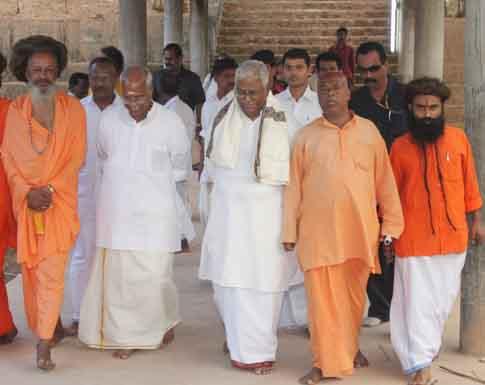 ബ്രഹ്മശ്രീ നീലകണ്ഠ ഗുരുപാദരുടെ 111-ാം ജയന്തിയോടനുബന്ധിച്ച് ജനുവരി 2ന് നടന്ന ജയന്തിദിന സമ്മേളനത്തിനെത്തിയ വിശ്വഹിന്ദു പരിഷത്ത് അന്തര്ദ്ദേശീയ വര്ക്കിംഗ് പ്രസിഡന്റ് എസ്.വേദാന്തത്തെയും മുന്കേന്ദ്രമന്ത്രി ഒ.രാജഗോപാലിനെയും ശ്രീരാമദാസ ആശ്രമം അധ്യക്ഷന് ബ്രഹ്മപാദാനന്ദ സരസ്വതി, ആശ്രമം വക്താവ് ബ്രഹ്മചാരി ഭാര്ഗ്ഗവരാം, വിമലാനന്ദ ശിവഗിരി എന്നിവര് ചേര്ന്ന് സമ്മേളനവേദിയിലേക്ക് സ്വീകരിച്ചപ്പോള്.